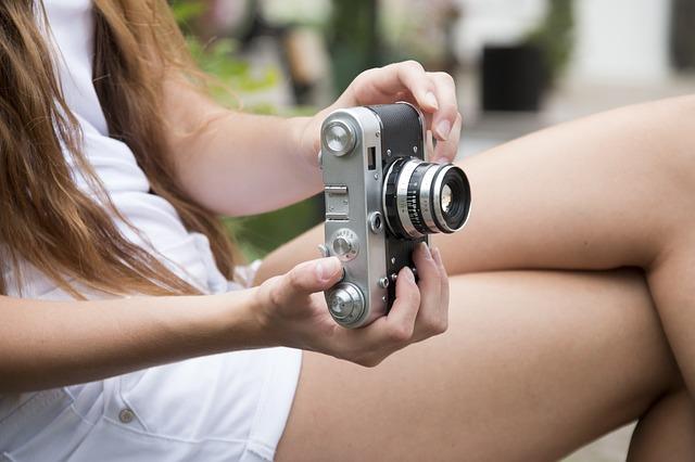dívka s foťákem