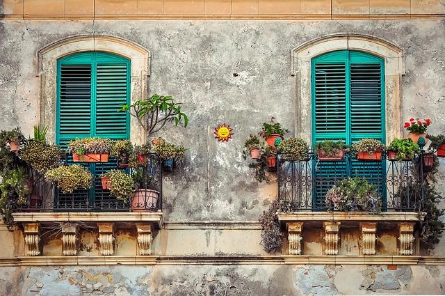 květiny na balkonech
