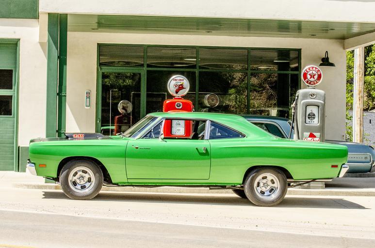 Zelené auto pred servisom, vintage