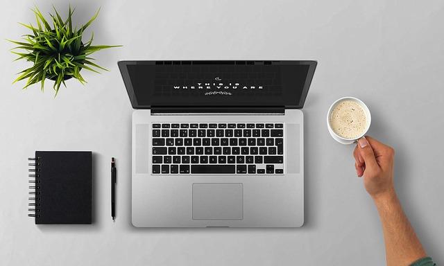Káva pri notebooku.jpg