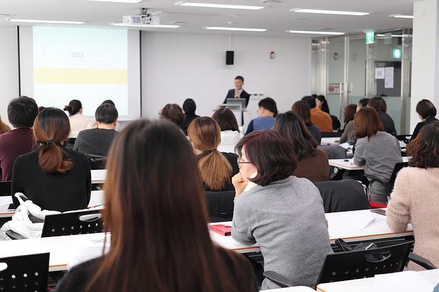 prednáška učiteľ študenti.jpg