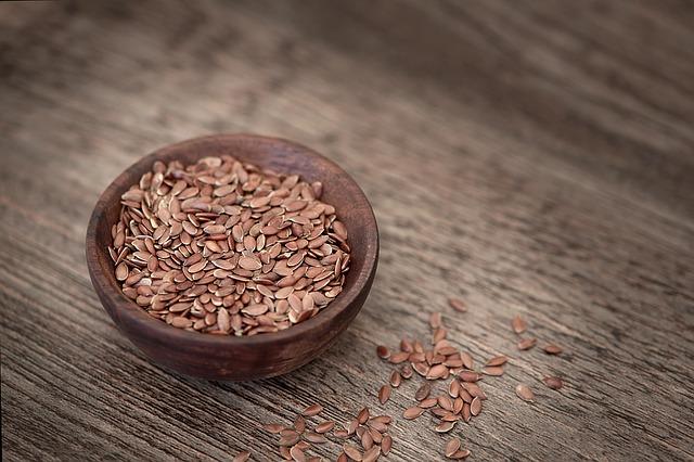 Semienka v hnedej miske na hnedom drevenom stole.jpg