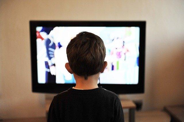 dieťa pozerajúce televíziu.jpg