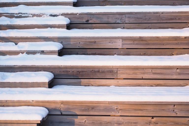 Zasnežené drevené schody.jpg
