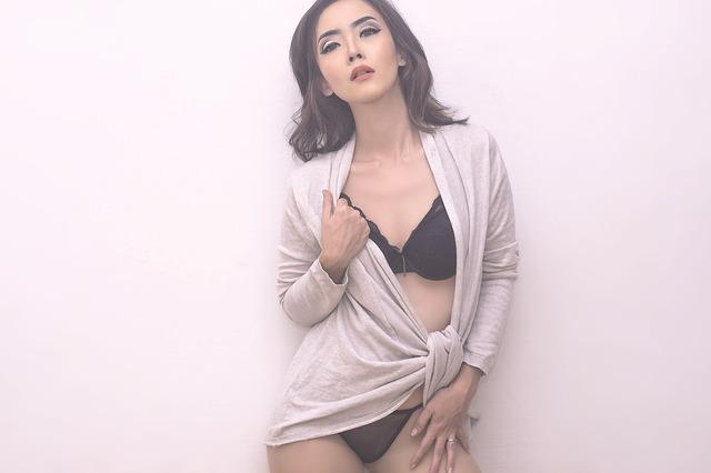 Sexy žena v podprsenke zahalená v svetri.jpg