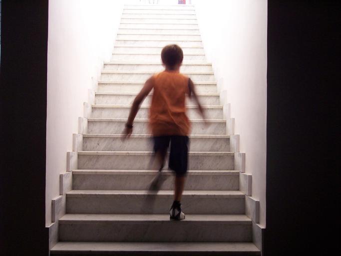 Chlapec ide hore schodmi