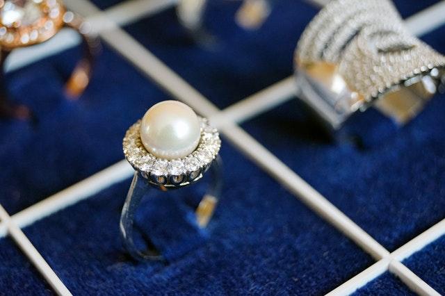 prstene na modrom pozadí