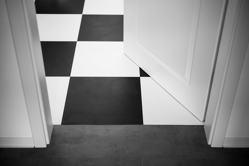 pootvorené dvere a podlaha